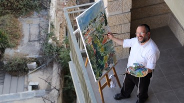 Motta Brim painting the Jerusalem skyline. Photo by Sofya Balashev
