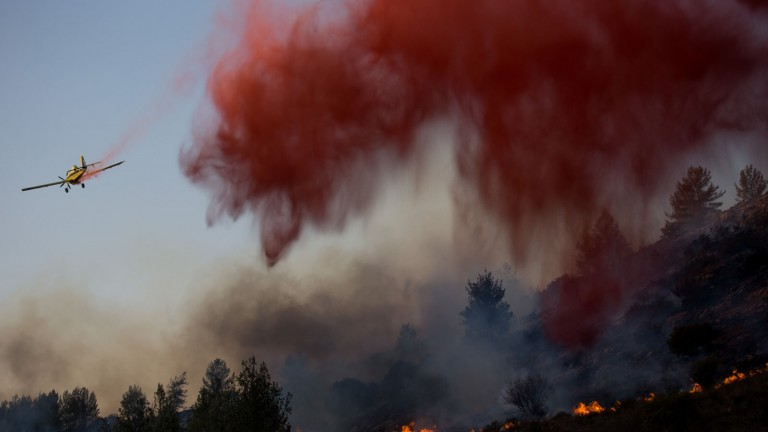 Israeli firefighter aircraft try to extinguish a forest fire which broke out in the forest near the Nataf nature reserve, outside of Jerusalem on November 23, 2016. Photo by Yonatan Sindel/Flash90