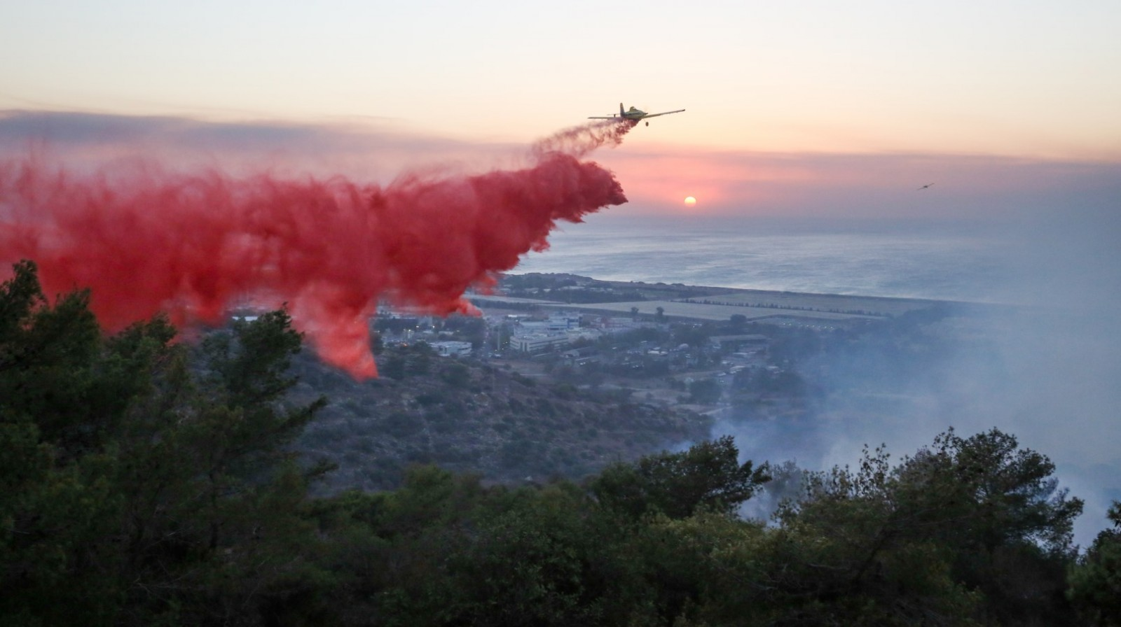Israeli firefighter airplanes try to extinguish a fire raging in Haifa on November 24, 2016. Photo by Yaakov Cohen/FLASH90