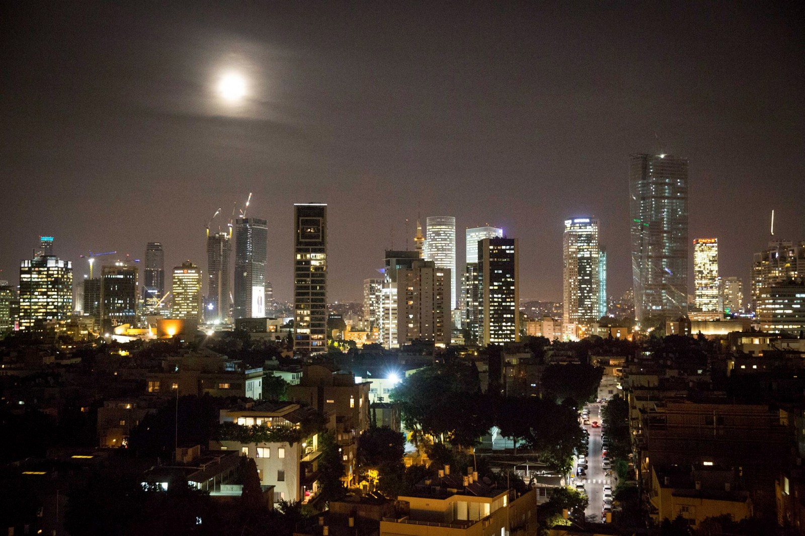 The supermoon rising over Tel Aviv. Photo by Miriam Alster/FLASH90