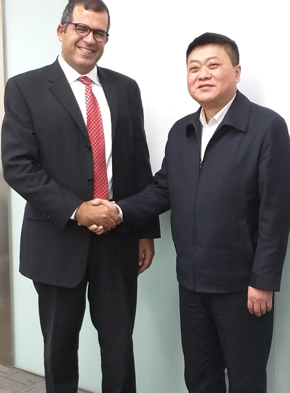 Emefcy CEO Eytan Levy shaking on a deal with Ling Song of China Gezhouba Group Company, a large Chinese construction and engineering company. Photo: courtesy