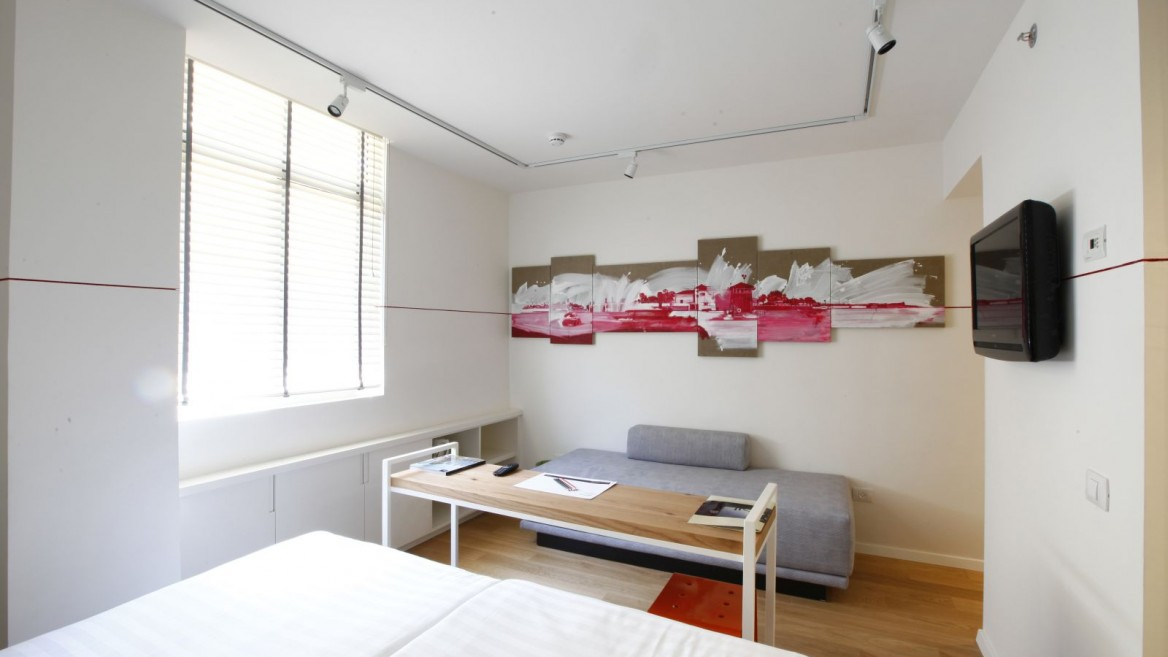 This Artplus Hotel room is decorated with the works of Efrat Galnoor. Photo by Hai Avraham