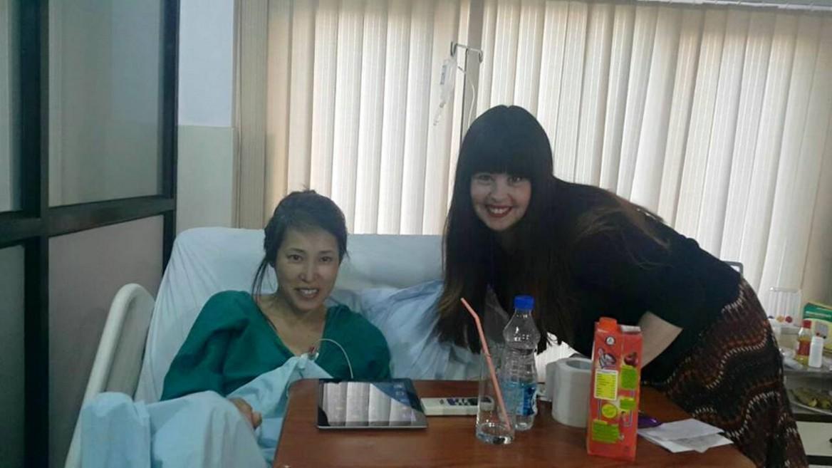Chani Lifshitz visiting Japanese artist Akiho Sugiyama in the hospital in Kathmandu. Photo via Facebook