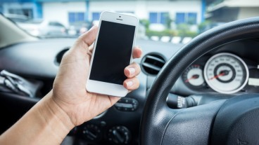 Bazz lets you stop texting while driving; listen and respond by voice command. Image via Shutterstock.com