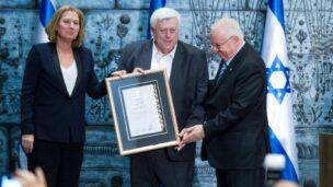 Dr. Michael Dor, a senior lecturer at Ariel University's Faculty of Health Sciences, receives citation award. Photo courtesy