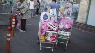 Israelis grocery shop before the Plastic Bag Law went into effect. Photo by Hadas Parush/FLASH90