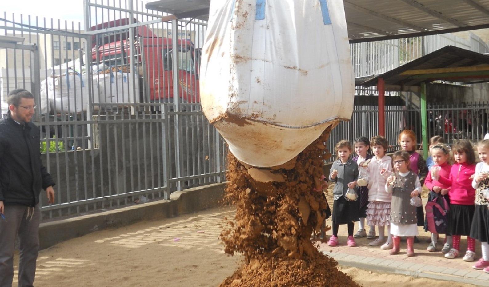 Leshomra's founder Avishai Himelfarb supervising a delivery of soil to a Modi'in Illit kindergarten. Photo: courtesy