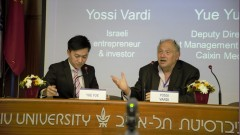 Yue Yue of China's Caixin media group talking business with Yossi Vardi at a December 27 forum in Tel Aviv. Photo: courtesy