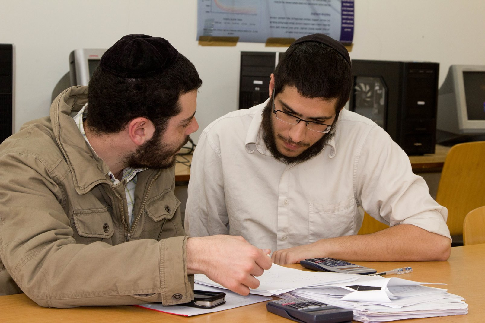 Training The Disadvantaged To Fill Israels High Tech Gap Israel21c U S Soldiers Develop Gadget For Better Night Vision Haredi Students At Jerusalem College Of Technology Photo Courtesy