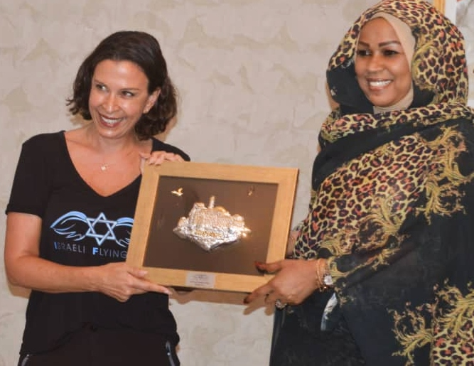 IFA's Gal Lusky receiving a plaque from Chad First Lady Hinda Deby Itno. Photo: courtesy
