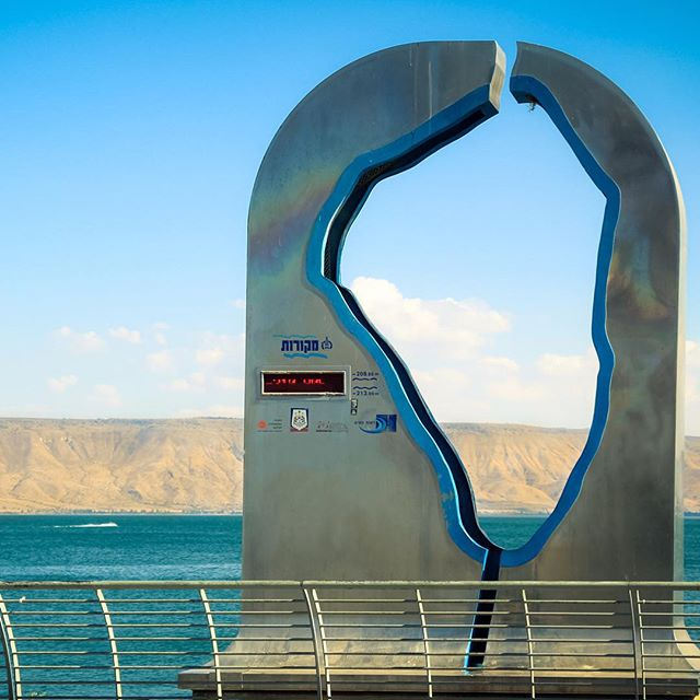 At #lakekinneret in northern #israel, this metal sculpture\'s performance gauge measures the lake\'s water level digitally at any given time. #technologyinisrael #hitech #startupnation Courtesy: Shutterstock