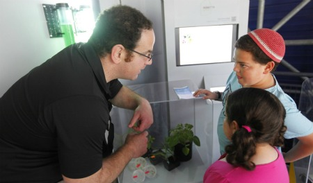 A guide explains Rosetta Green tech to young museum visitors. Photo courtesy of Bloomfield Science Museum